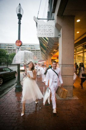 Diner en Blanc couple in rain